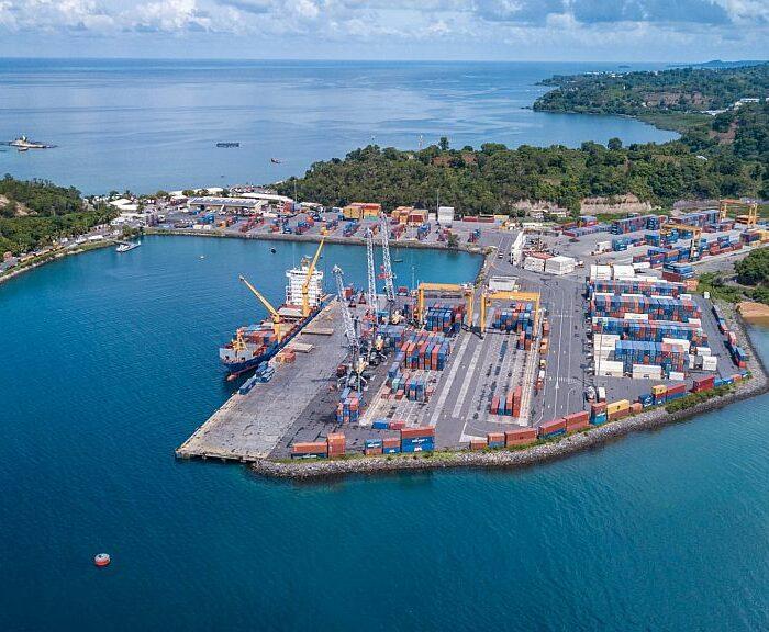 Vue aérienne du port de Longoni à Mayotte