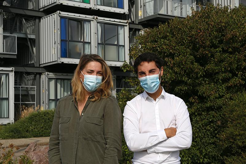 Chloé et Théo devant les logements conteneurs au Havre