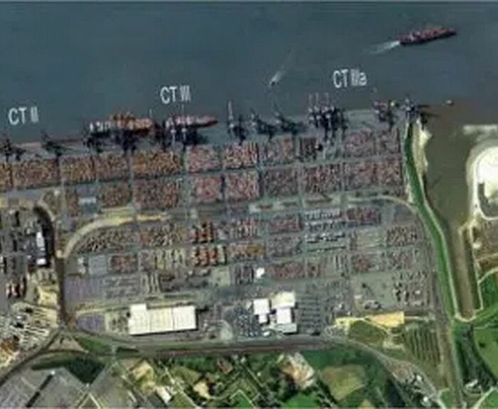 Terminal à conteneurs, dont le CT 4 en construction à droite © Bremenports