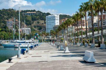 Muelle 1 del Puerto de Málaga en un día normal y durante el confinamiento en abril de 2020