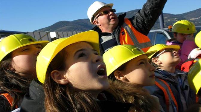 Enfants visitant le port