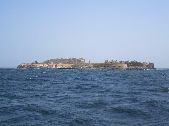 L'Île de Gorée, reliée au continent par une liaison maritime depuis le port de Dakar.