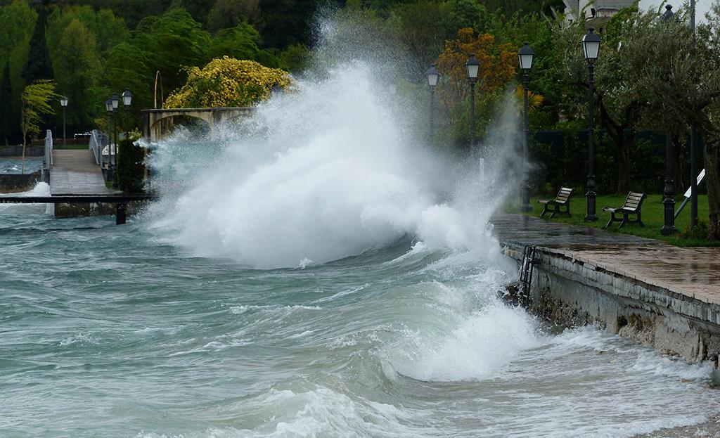 Wave - Hans Braxmeier - Pixabay